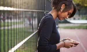 txtteenage-girl-sending-text-008