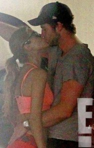 liamrs_634x1024-130917192711-634.Liam-Hemsworth-Eiza-Gonzalez-Kissing.1.ms.091713