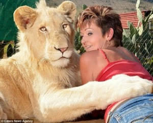 lionWoman-Keeps-Full-Grown-Lion-as-a-Pet-in-Her-Home
