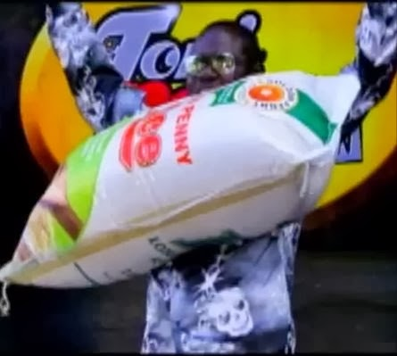 Video + Picture: Man Lifts 50Kg Bag Of Rice With His Teeth On Toni Payne's Show    This man named  Rasaq Foluku did the unthinkable when he was on Toni Payne's show recently. He practically lifted that bag of rice using just his teeth! A bag of rice Toni couldn't even move with her hands!!  You go fear fear na! *lol* Watch the video after the cut