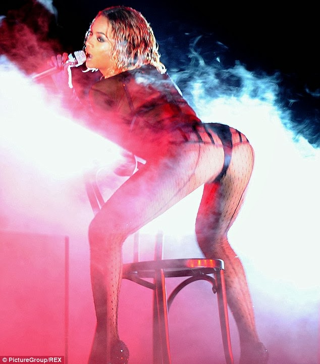 Did y'all notice Beyonce suffered wardrobe malfunction on Grammy night?